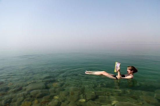 Dead Sea Marriott Resort & Spa: floating in the sea