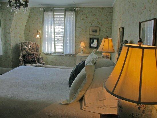 Hilltop House  Bed & Breakfast: Cottage room wallpaper redo