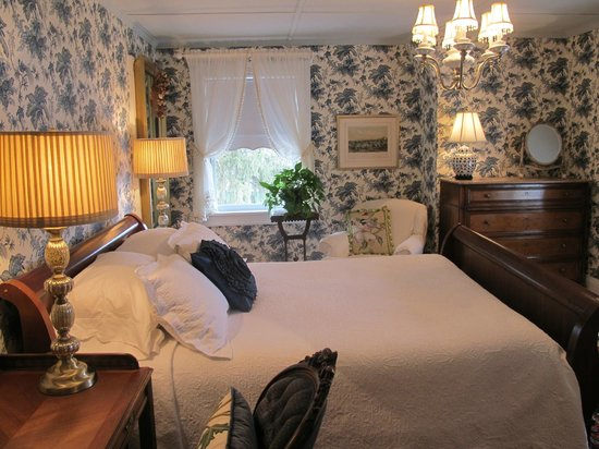 Hilltop House  Bed & Breakfast: Washington room wallpaper redo
