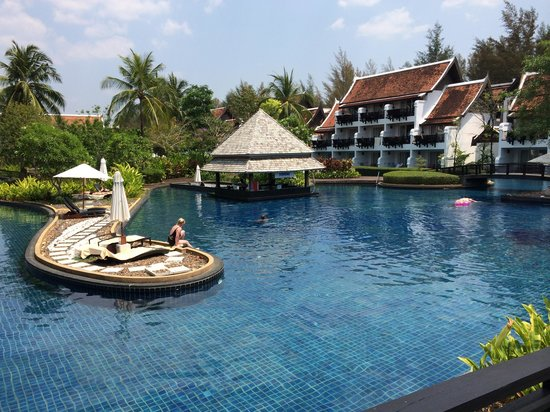 JW Marriott Khao Lak Resort & Spa: One of the two pool bars