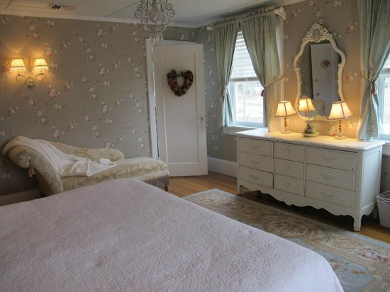 Hilltop House  Bed & Breakfast: Rose room wallpaper redo