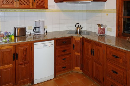 Villas Los Pajeros: Kitchen with dishwasher