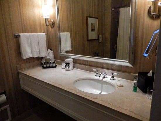 Fairmont Washington, D.C. Georgetown : Large, super clean bathroom with nice amenities
