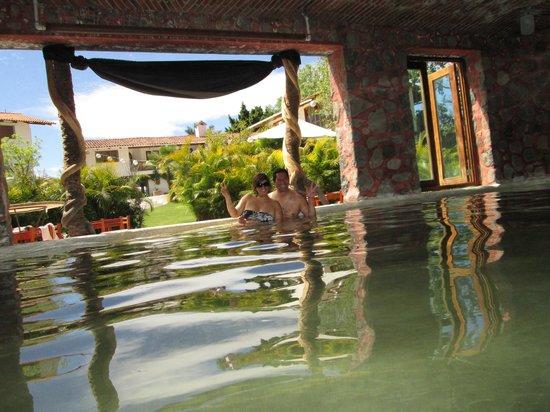La Vita Bella Hotel Holistico: Espacio con agua termal techado para estar agusto