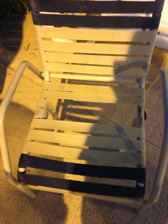 Super 8 Phoenix/Mesa/Gilbert Road: broken chairs around pool