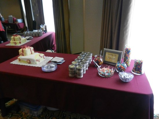 Comfort Suites Gettysburg: Cake & Favors - in the ballroom