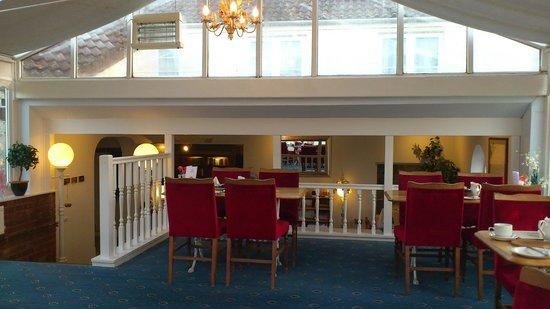 Apple Tree Hotel: Salle à manger sous veranda