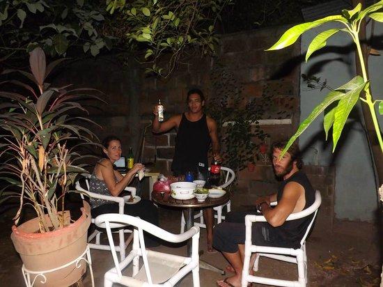 Hostal Don Raul: Le soir : vu que l'on part demain, on se fait une soiree RHUM-TACOS-POKER dans le jardin