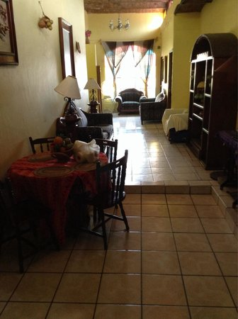 Hotel Mi Viejo Refugio : 2nd floor hall/common area. Nice! Beware: dragged luggage & hall chatter = audible in guest room