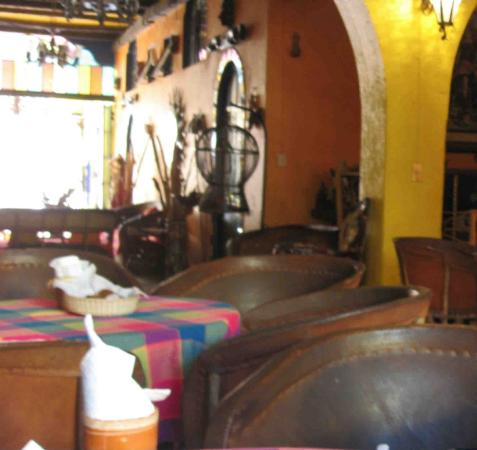 Hotel Mi Viejo Refugio: Fuzzy photo of lobby common area. Good place to do your Spanish homework! View = towards street.