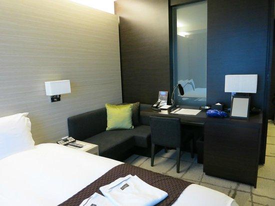 Mitsui Garden Hotel Ginza Premier: ソファーもあり、机もパソコンするのに使いやすいです