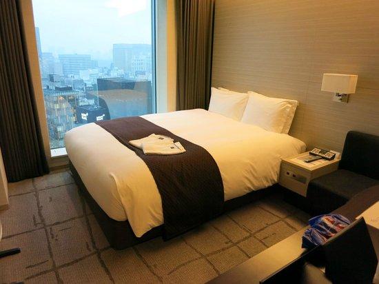 Mitsui Garden Hotel Ginza Premier: ベットはダブル・・・一人には大きすぎます・・・なんて