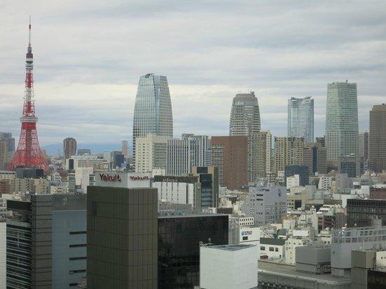 Mitsui Garden Hotel Ginza Premier: ロビーの窓から東京タワーが見えます。