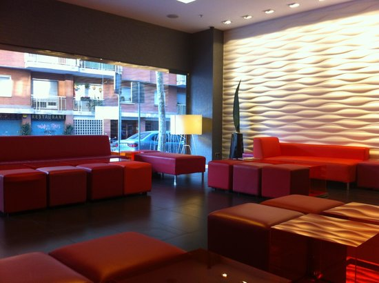 Expo Hotel Barcelona: Front lounge area