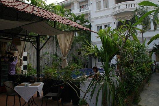Villa Um Theara: zona de desayuno y pileta
