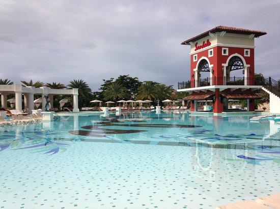 Sandals Grande Antigua Resort & Spa : Huge pool