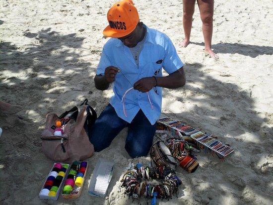 Grand Paradise Playa Dorada : Raphy un vendeur sur la plage qui fesait de beaux bracelets