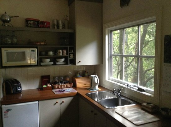 Stone's Throw Cottage B&B: Kitchen