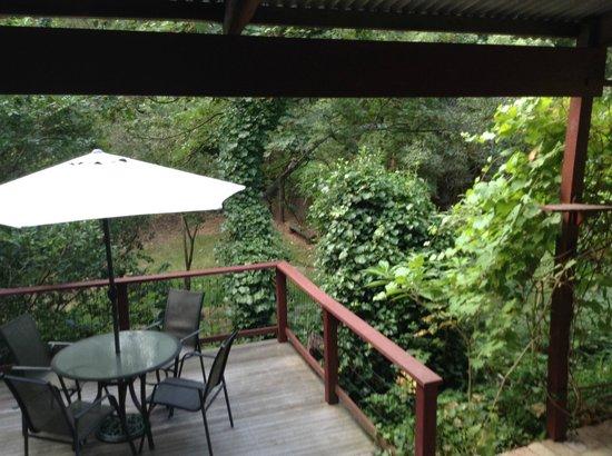 Stone's Throw Cottage B&B: Garden