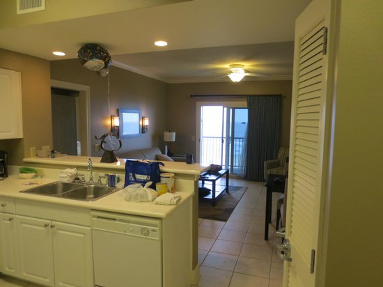 Holiday Inn Club Vacations Galveston Beach Resort: kitchen and living area of the suite