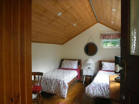 Stone's Throw Cottage B&B: Upstairs room