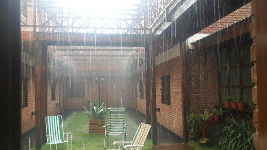 Hotel Jaguel Del Medio: nos toco un dia de lluvia. vista parcial del parque del hotel