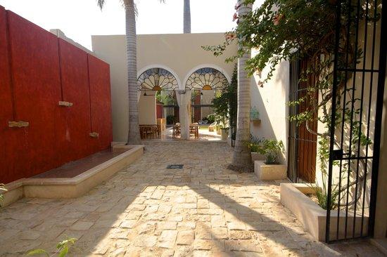Koox Casa de las Palomas Boutique Hotel : courtyard to breakfast area