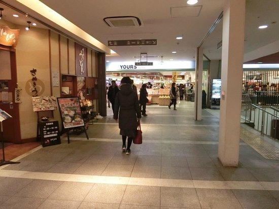 Sun Station Terrace Okayama: 西口から東口への通路