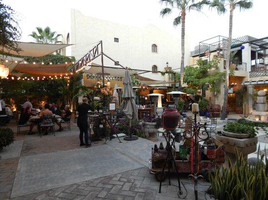 Lugareno Cocina: The central courtyard