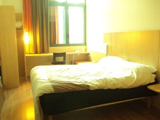 ibis Sarlat : Habitación con cama grande y cómoda.