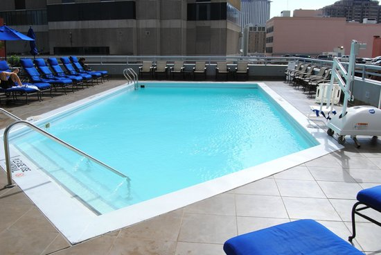 JW Marriott New Orleans: Nice pool with a city view.