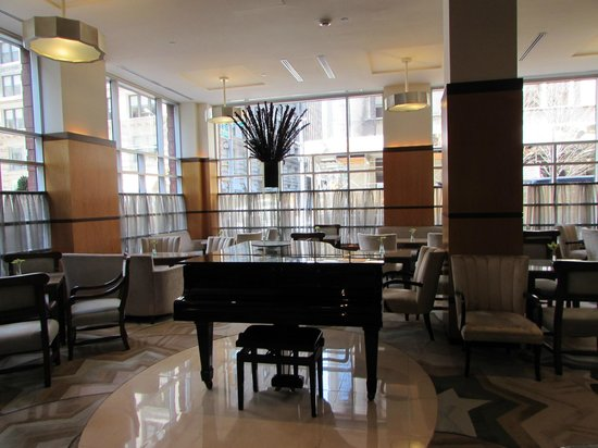 Hotel Giraffe: Grand Piano in Lobby
