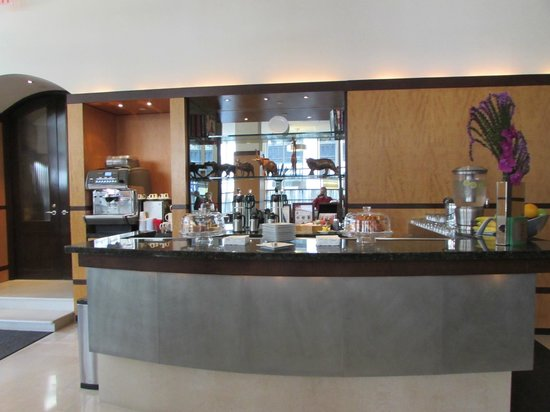 Hotel Giraffe: Breakfast Bar/Wine & Cheese Bar