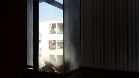 Aunchaleena Bangkok Hotel: กระจกไม่เคยได้รับการทำความสะอาด
