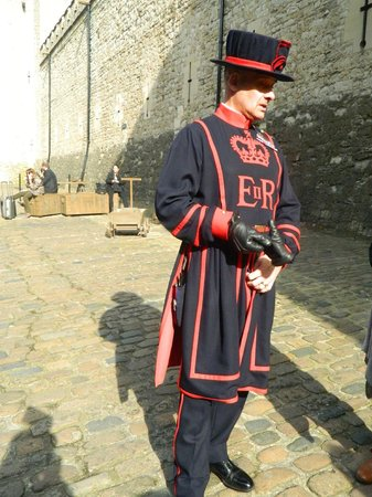 Evan Evans Tours : Beefeater at Tower of London