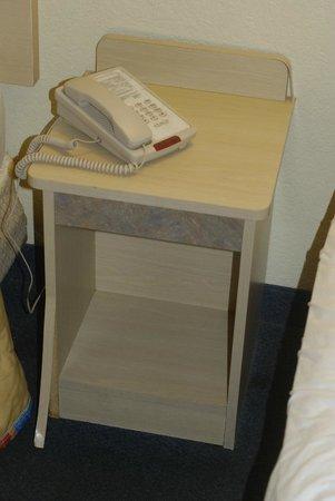 Motel 6 Pompano Beach: Veneer peeling off nightstand.
