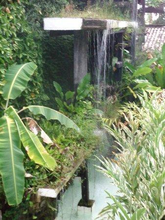"""Hotel Solar do Imperador : Fonte gigante no jardim interno. Dormir com o som das águas é """"algo""""."""