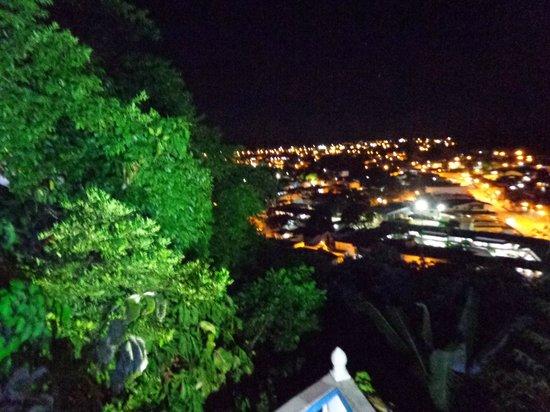 Hotel Solar do Imperador : Vista noturna da cidade na área do restaurante e piscina.