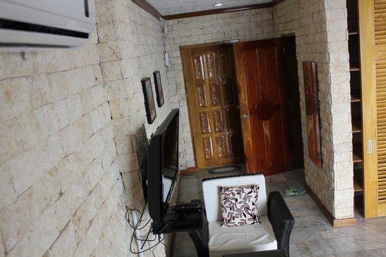 Eden Resort: Looking towards front door & bathroom Room 9