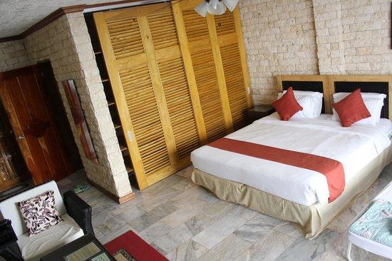 Eden Resort: Bed & shelves Room 9