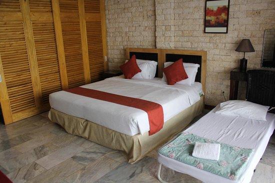 Eden Resort: Plenty of space for spare bed Room 9