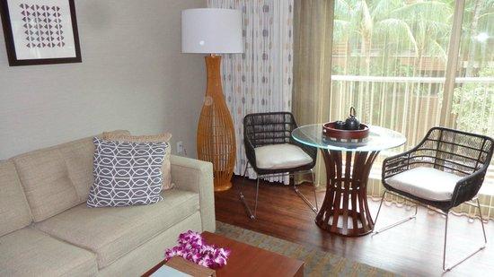 Hokulani Waikiki by Hilton Grand Vacations: Bright and functional living room