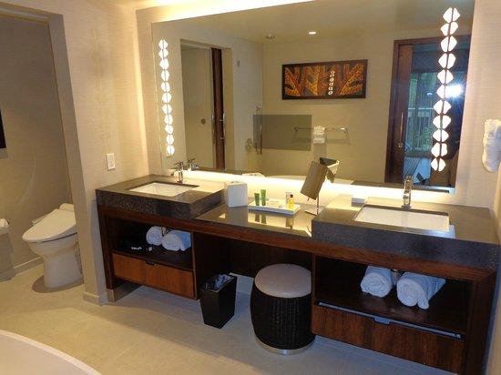 Hokulani Waikiki by Hilton Grand Vacations: Great bathroom design - large double sinks