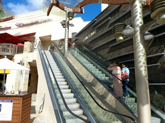 Hokulani Waikiki by Hilton Grand Vacations: Escalator entrance on Lewers Street, not Kalakaua Avenue