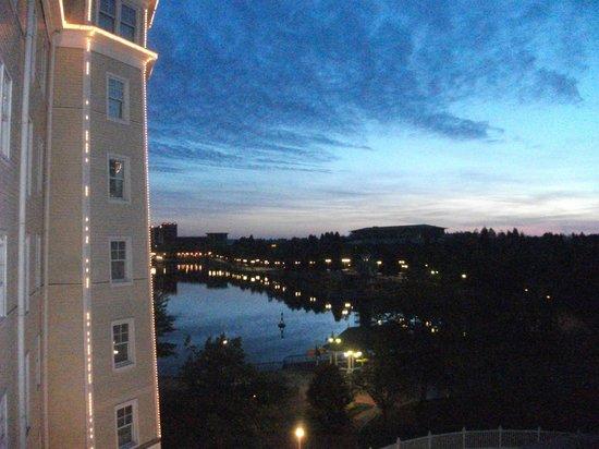 Disney's Newport Bay Club : Lago Disney ao amanhecer
