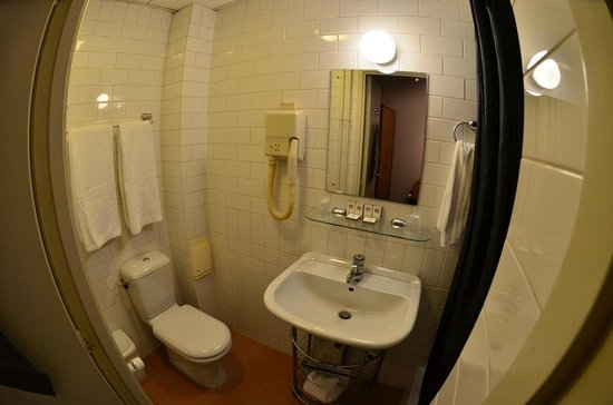 Best Western Museumhotels Delft: Tiny bathroom (Note: wide-angle lens used on camera!!)