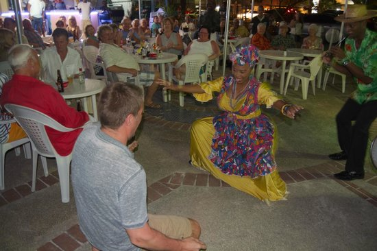 De Shak Grill 'n Bar: mother sally performs