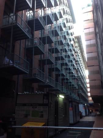 Oaks Goldsbrough Apartments : Oaks Goldsborough. Rear view, balconies and Car park