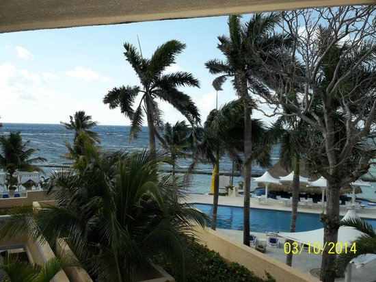 Omni Puerto Aventuras Beach Resort : Looking out from third floor ocean view room