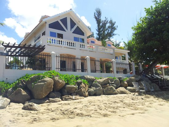 Tres Sirenas Beach Inn: View from the beach